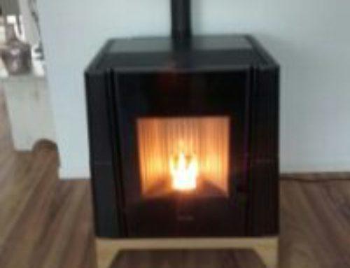Pelletkachel Arya Nordic fire, de kleinste in z'n soort, tot 6 KW, geïnstalleerd in Lemmer